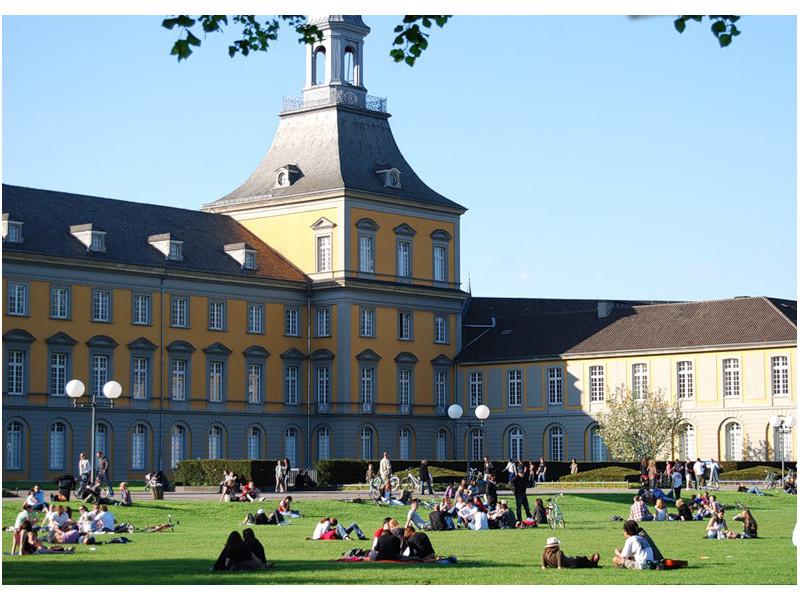 Лужайка возле главного корпуса Боннского Университета