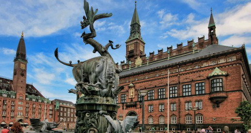 Памятник на фоне вуза