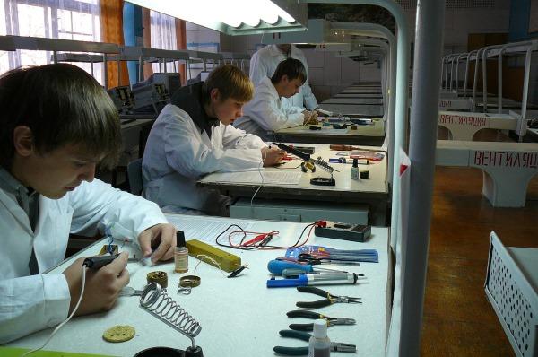 Студенты обучаются тонкостям работы радиомеханика