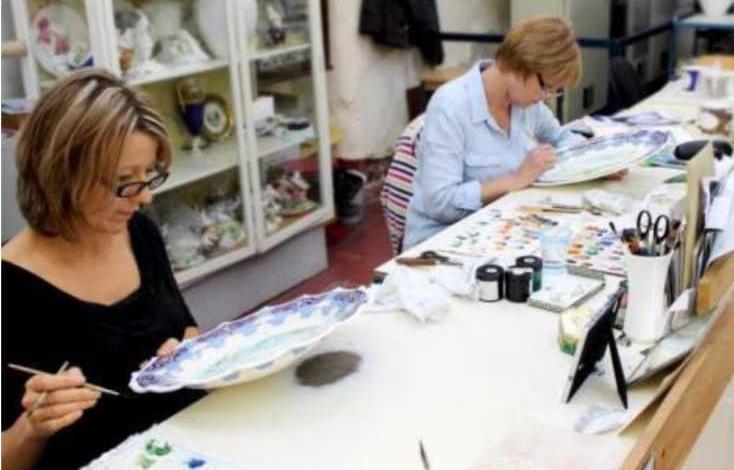 Женщины разрисовывают тарелки из фарфора