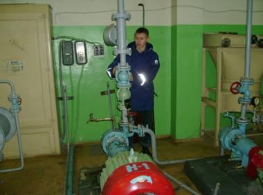 Фото: Молодой специалист у насосной установки