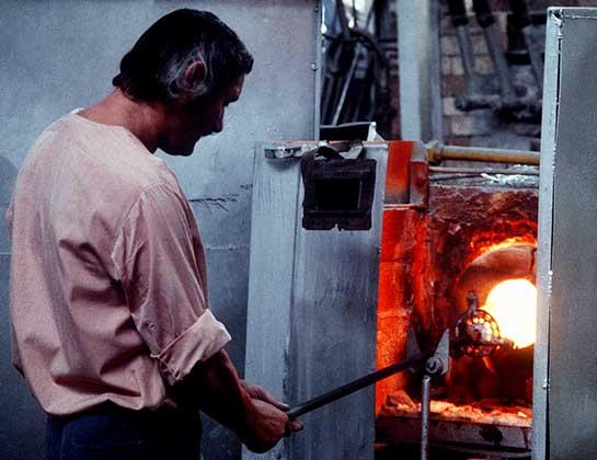 Мужчина у печи на производстве