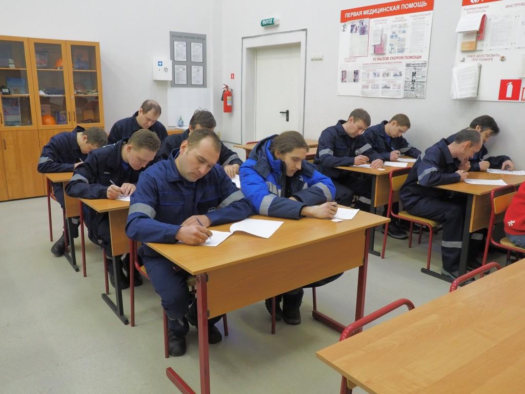 Студенты на теоретических занятиях по электромеханике
