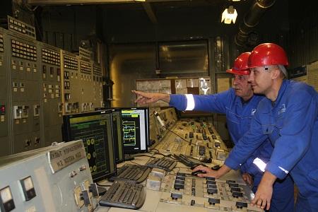 Фото: Рабочие в машинном отделении следят за функциональностью приборов