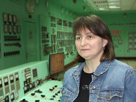 Женщина-машинист паровых турбин около оборудования
