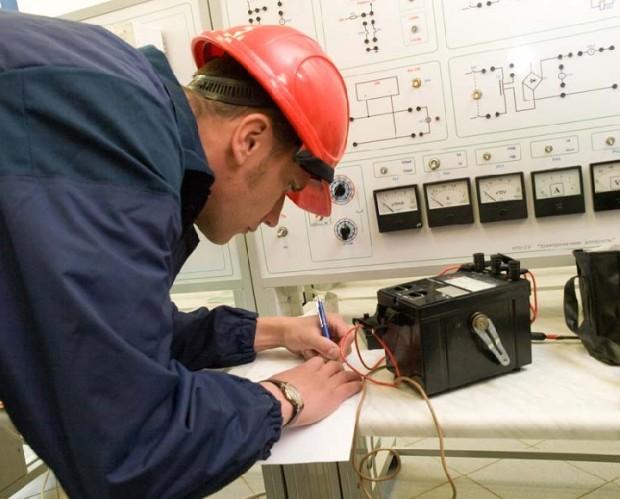 Мастер проверяет электрооборудование