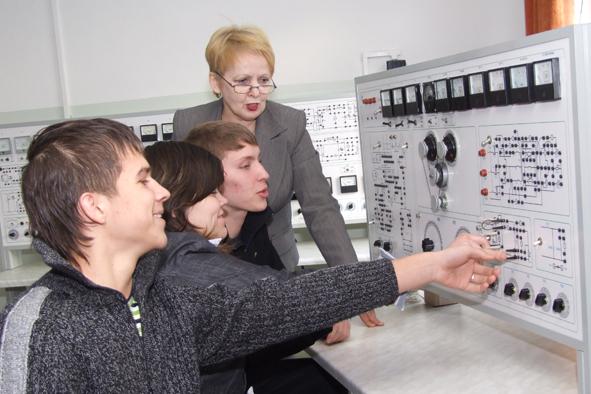 Студенты изучают работу электроизмерительного прибора