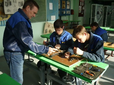 Мастер обучает студентов тонкостям профессии