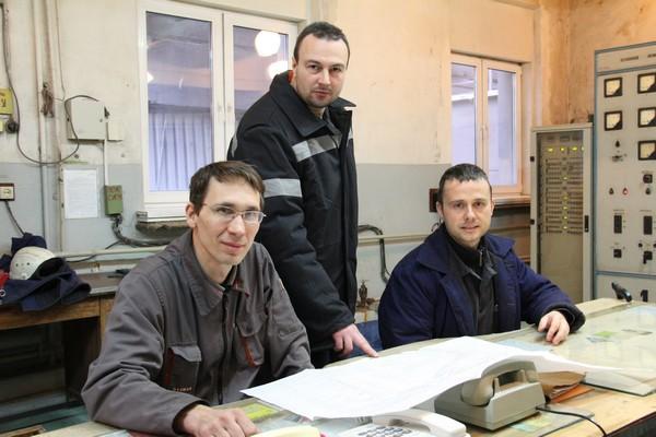 Сотрудники машинного отделения на производстве