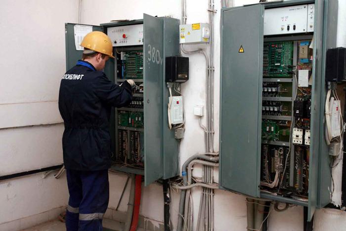Электромеханик проверяет работоспособность оборудования
