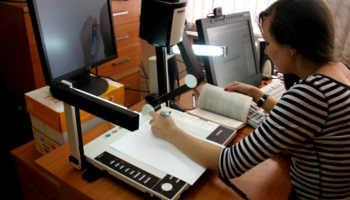 Девушка за компьютером и чертежами