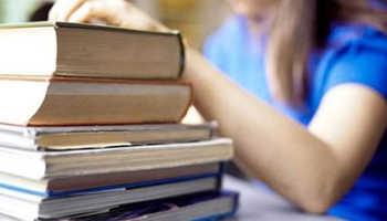 Девушка положила руку на стопку книг