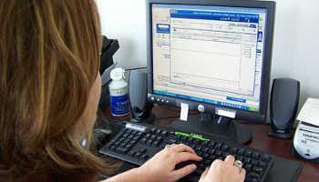 Девушка учится за компьютером