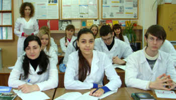 Студенты и студентки медицинских колледжей