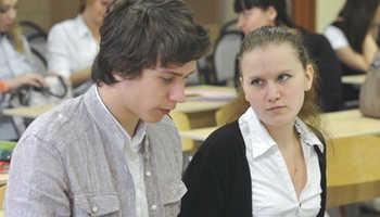 Девушка студентка смотрит на парня