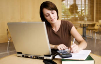 Занятия у компьютера (девушка с ручкой)