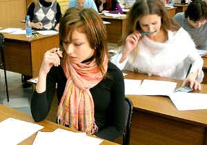 Девушка пишет экзамен для поступления в колледж