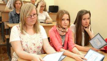 Девушки подают документы в колледж