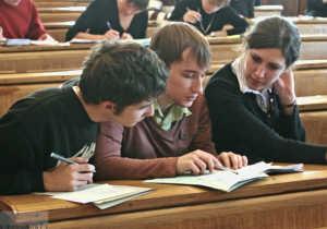 Абитуриенты на подготовительных курсах решают задачу