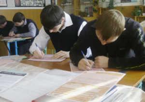 Студенты пишут вступительный экзамен