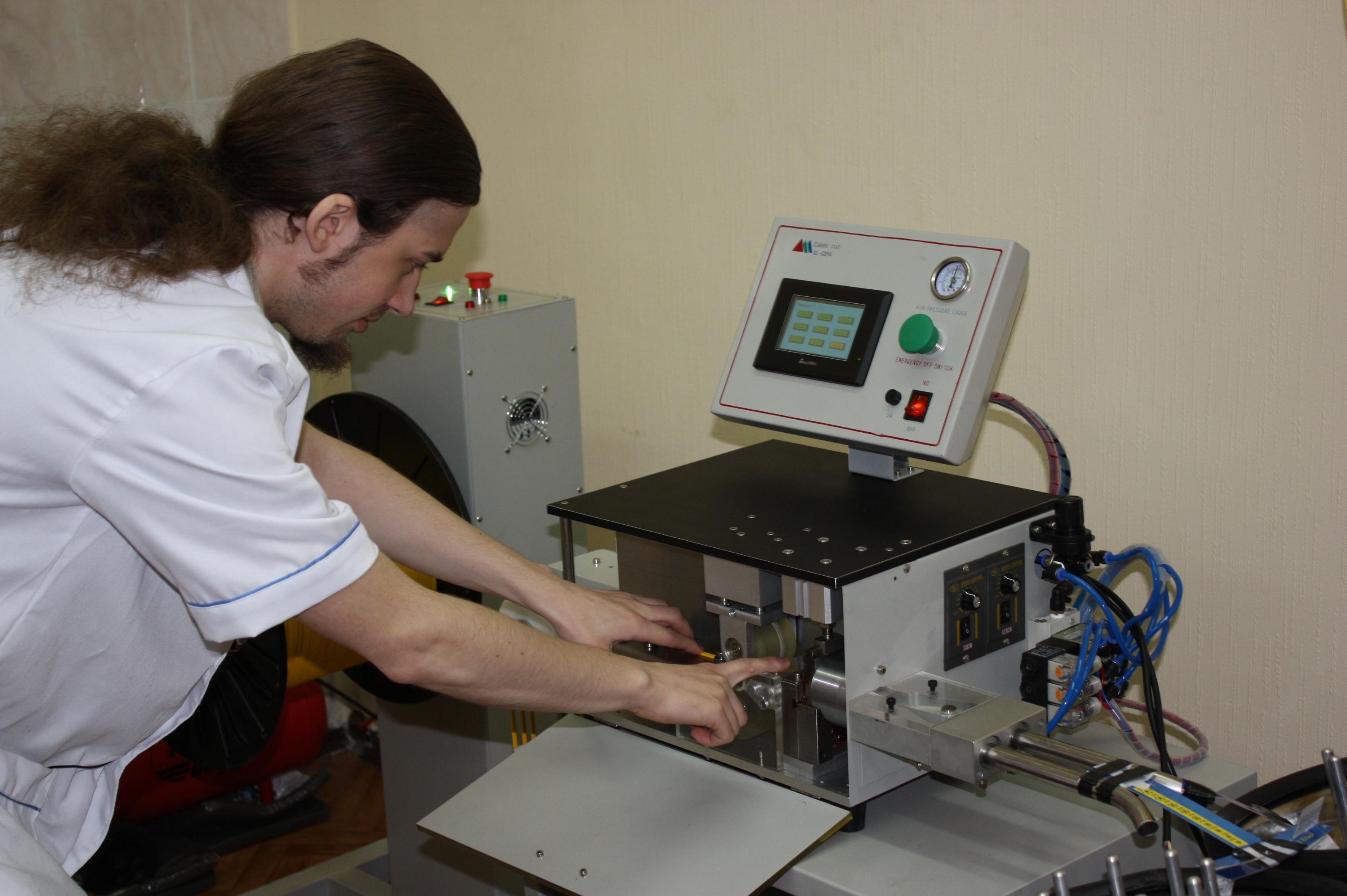 Молодой специалист проверяет работоспособность оборудования