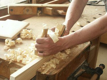 Столяр подготавливает древесину