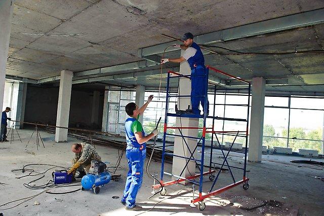 Монтажники вентиляционных систем занимаются установкой вентиляционных шахт