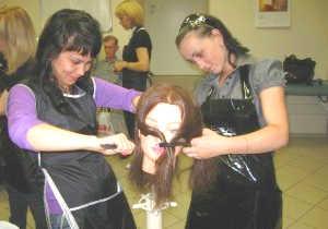 Девушки учатся на парикмахера с использованием маникена