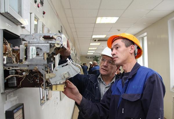 Мужчины заняты наладкой оборудования