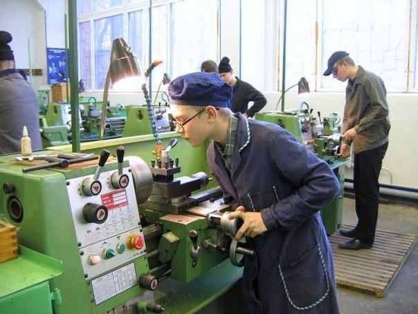Молодой человек работает за станком