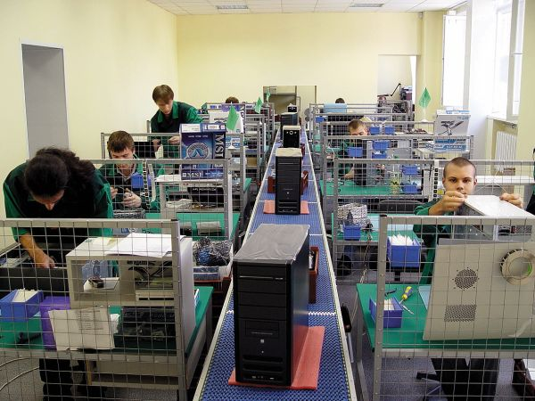 Фото: Рабочее место наладчиков компьютерных сетей