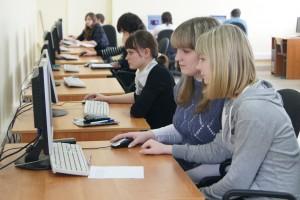 Группа молодых людей занимается за компьютерами