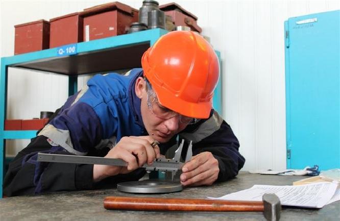 Мужчина работает в слесарном цехе