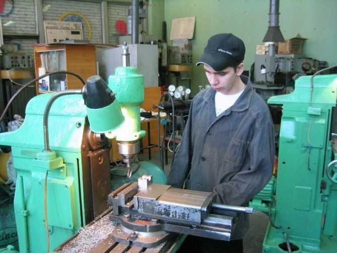Молодой специалист-фрезеровщик у станка