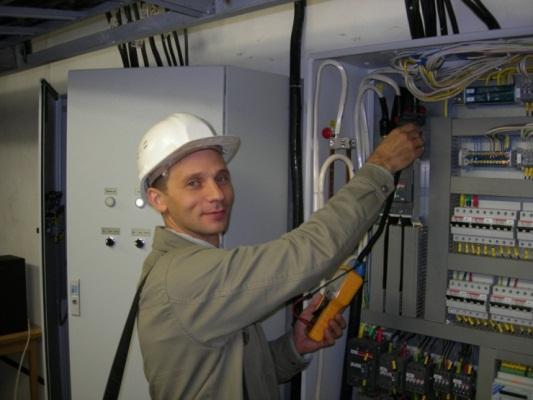 Мастер проверяет оборудование