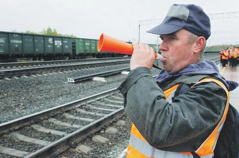 Фото: Обходчик железнодорожных путей