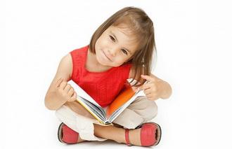 Девочка дошкольник с книжкой