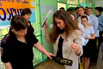 Школьников обыскивают металлоискателем на ЕГЭ