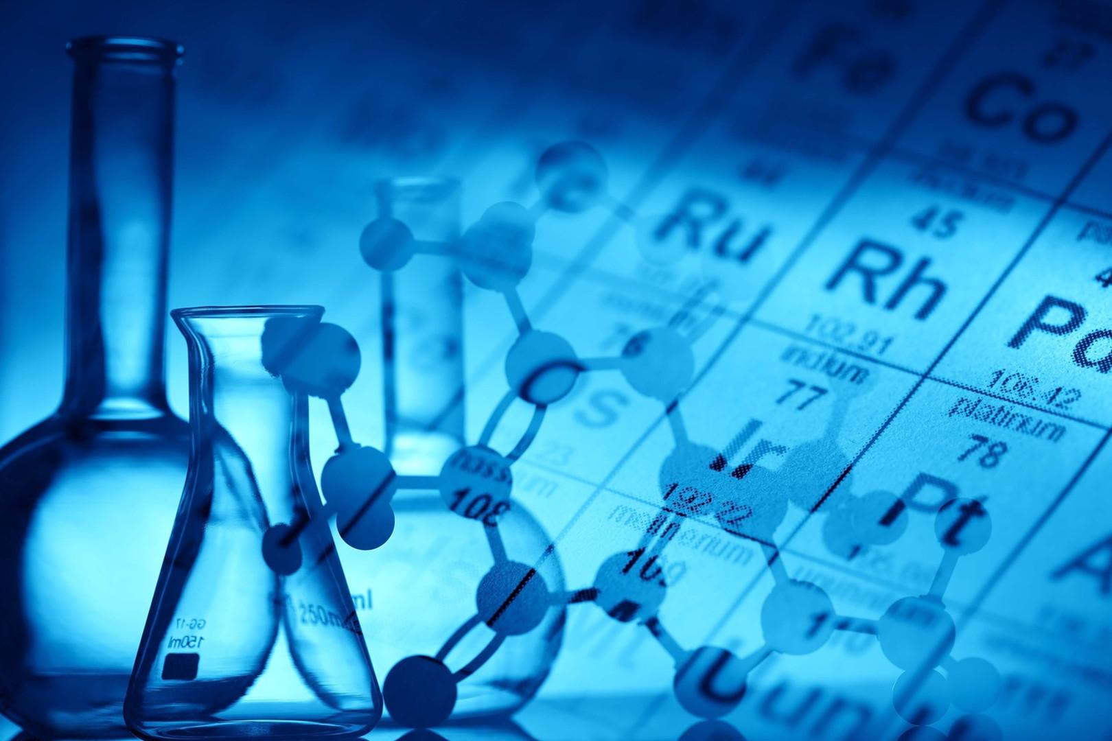 Химические колбы на фоне таблицы Менделеева