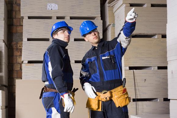 Один строитель учит другого