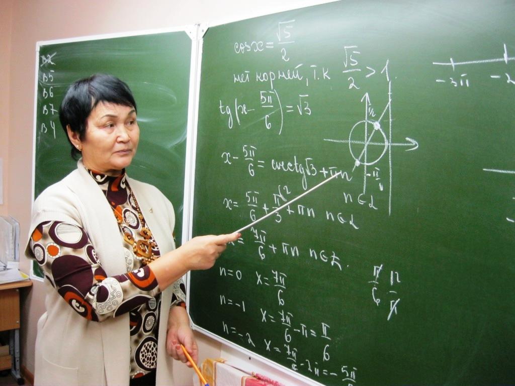 Учительница преподает