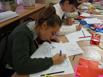 Дети на занятии в учреждении дополнительного образования по ИЗО