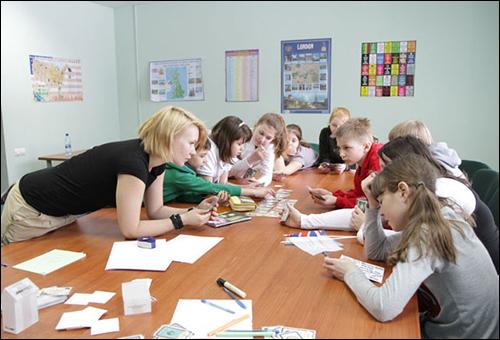 Педагог дополнительного образования проводит занятие с учениками