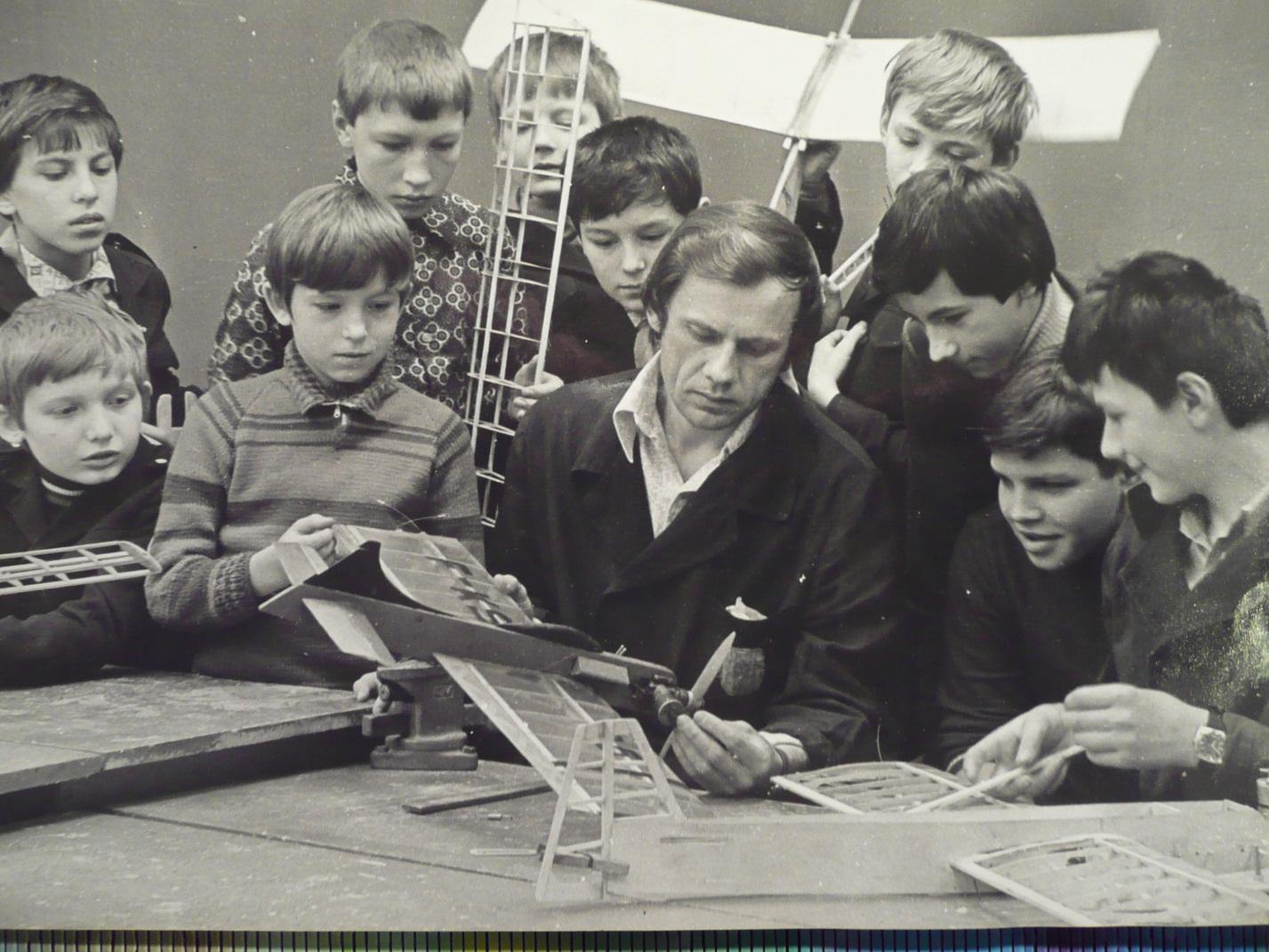 Советские дети занимаются авиамоделированием в кружке