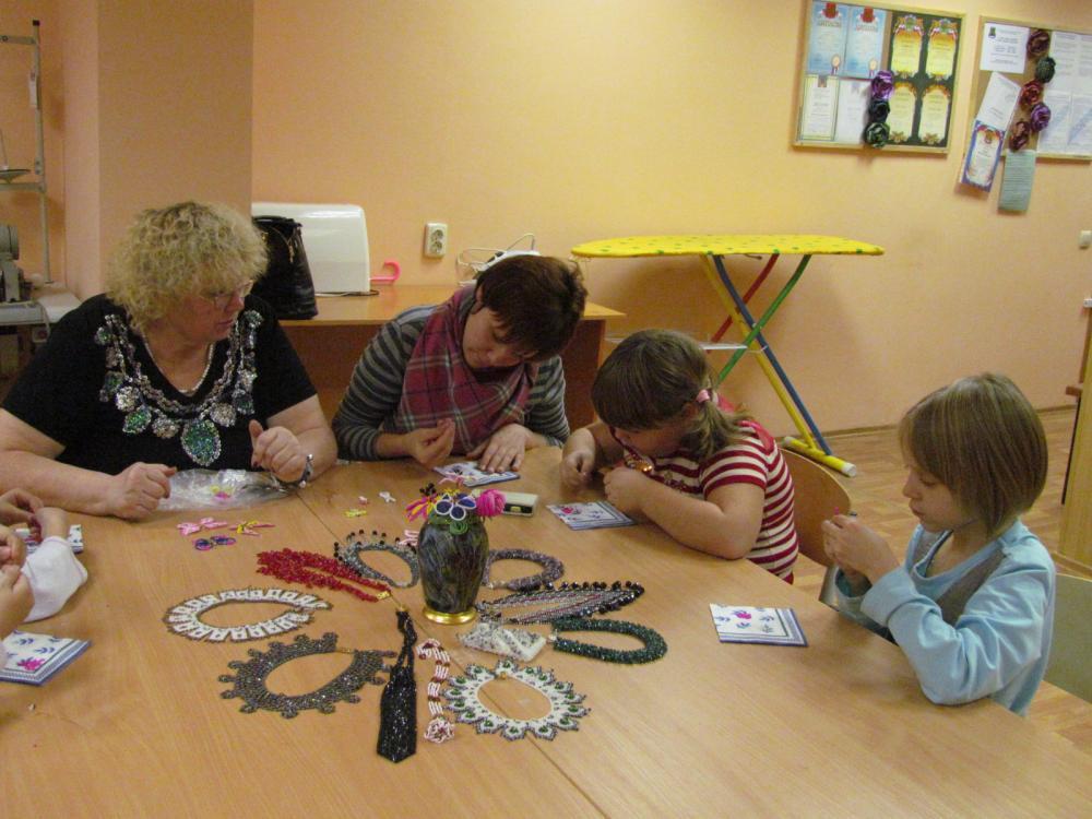 Дети на занятии в кружке по бисероплетению
