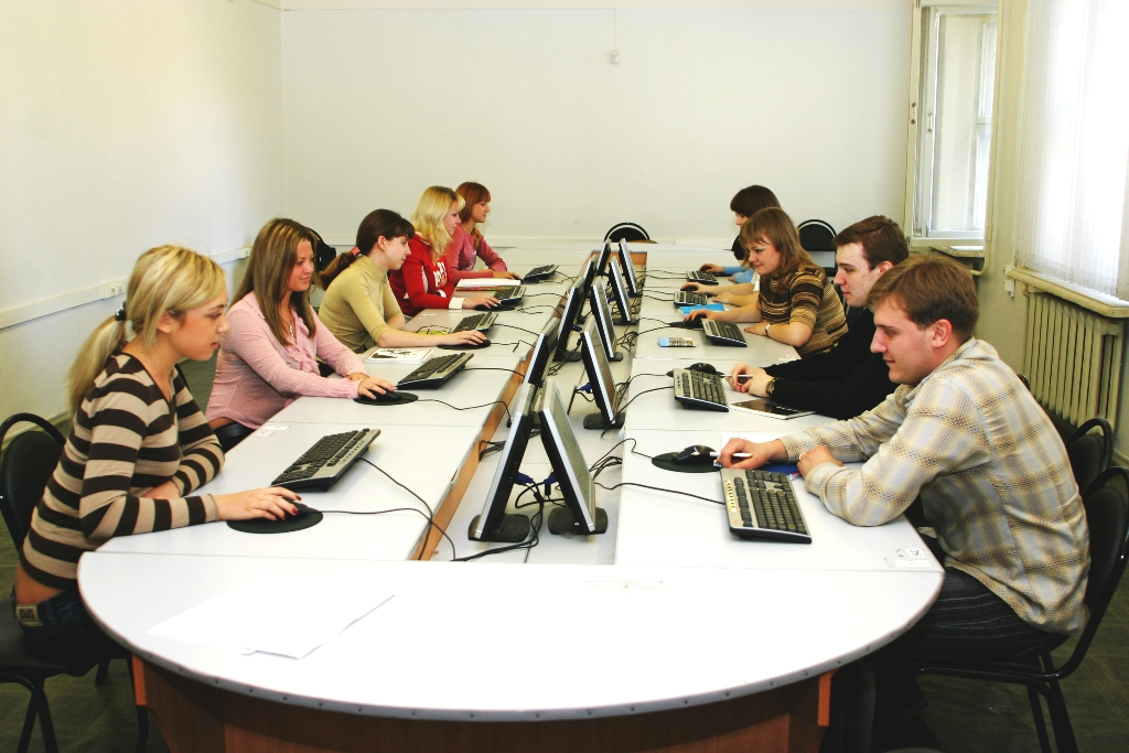 Студенты в аудитории получают дополнительное профессиональное образование