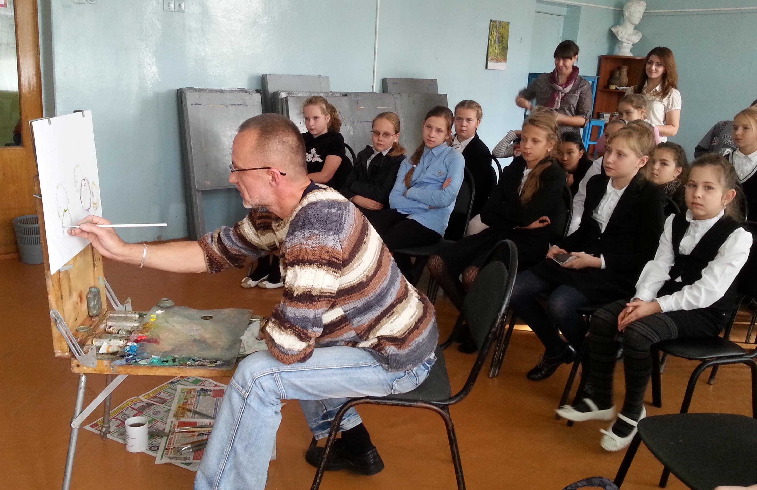 Школьники на секции дополнительного образования по ИЗО