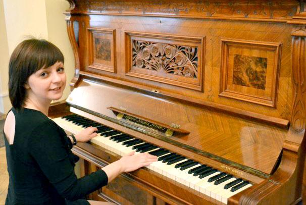 Девочка на уроке игры на фортепиано