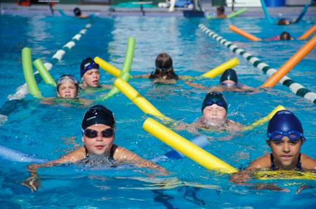 Дети-пловцы в секции дополнительного спортивного образования