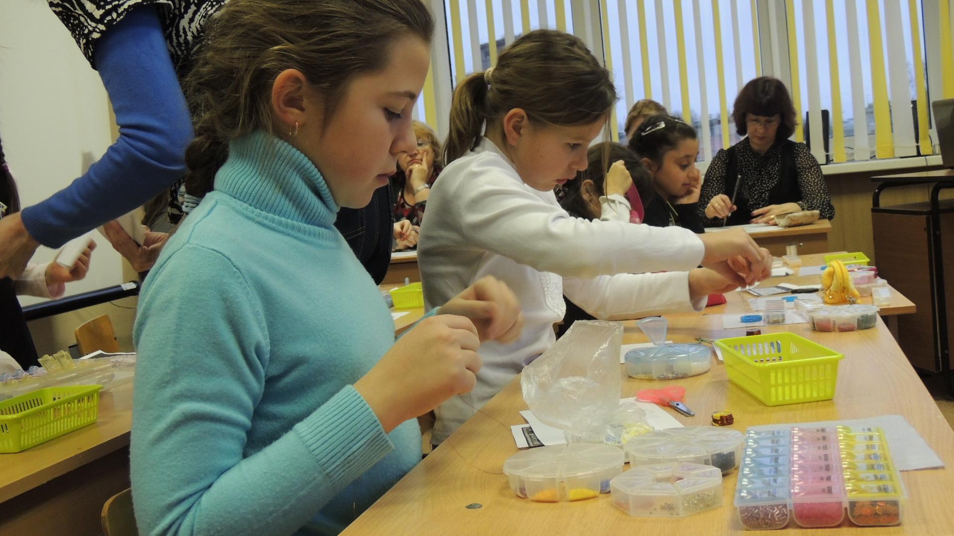 Школьники на секции дополнительного образования по бисероплетению